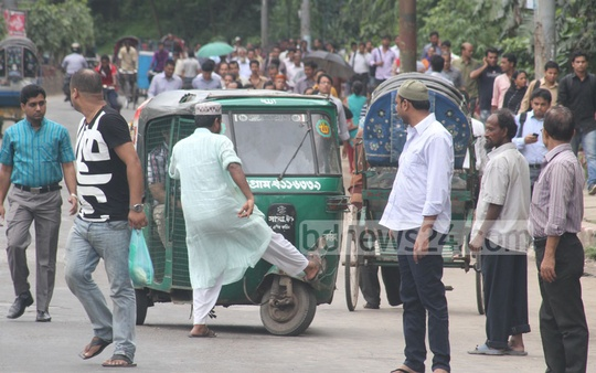 An Islami Chhatra Sena activist stops commuters at Chittagong City's Tigerpass during the countrywide shutdown to protest against the murder of Islami Front leader Nurul Islam Farooqi on Sunday. Photo: suman babu/ bdnews24.com