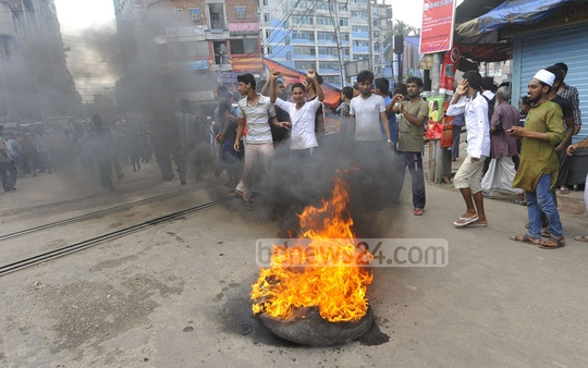 A tyre is set on fire at the central bus terminal in Narayanganj during the countrywide half-day general strike called by Islami Chhatra Sena on Sunday to protest against the murder of Nurul Islam Farooqi. Photo: bdnews24.com