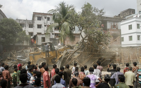 Railway authorities demolish illegal establishments along railway tracks at Dhaka's Moghbazar on Sunday. Photo: tanvir ahammed/ bdnews24.com