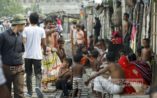 People living along the Karwan Bazar railway tracks risk their lives daily. Photo: tanvir ahammed/ bdnews24.com