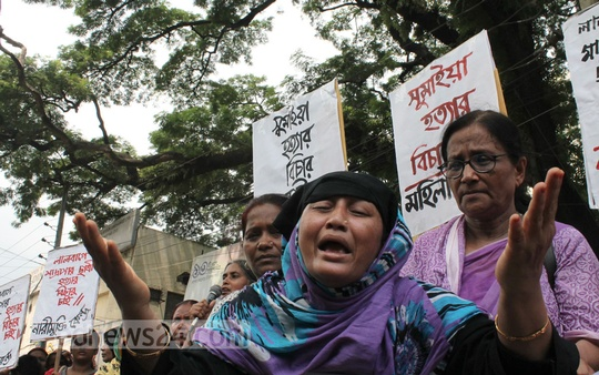 Various organisations stand in front of National Press Club on Tuesday protesting the murder of Sumaiya Akhtar, a student of Lalbagh Halima Sadia Women's Madrasa. Photo: asif mahmud ove/ bdnews24.com