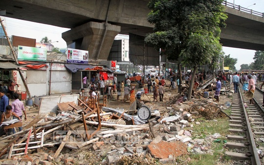 Railway authorities demolish illegal establishments along railway tracks at Dhaka's Mohakhali on Tuesday. Photo: asif mahmud ove/ bdnews24.com