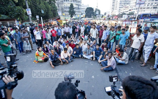 Ganajagaran Mancha activists rally at Dhaka's Shahbagh on Tuesday ahead of the verdict on war criminal Delwar Hossain Sayedee's appeal against his death sentence. Photo: asaduzzaman pramanik/ bdnews24.com