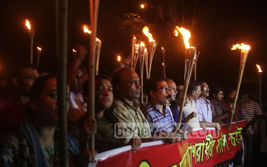 Ganajagaran Mancha activists in Chittagong hold a torch-light procession on Wednesday demanding death sentence for war criminal and Jamaat leader Delwar Hossain Sayedee. Photo: suman babu/ bdnews24.com