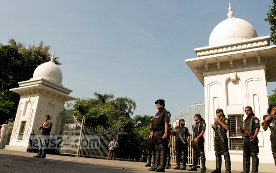Security Personnel stand guard around the Supreme Court in Dhaka ahead of the verdict on war criminal Delwar Hossain Sayedee's appeal against his death sentence on Wednesday. Photo: tanvir ahammed/ bdnews24.com
