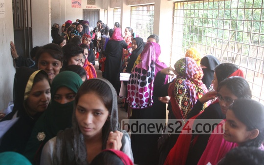 People gather at a school in Chittagong's Bahaddarhat to register themselves as voters on Thursday. Photo: suman babu/ bdnews24.com