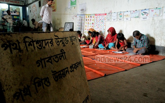 Non-government organisation 'Oporajeyo Bangladesh' runs a school for street children at Dhaka's Gabtoli bus terminal area. Photo: tanvir ahammed/ bdnews24.com