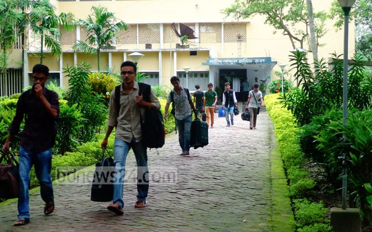The Rajshahi University of Engineering and Technology (RUET) students vacate the residential halls on Friday after authorities closed the university following a clash between police and Islami Chhatra Shibir. Photo: bdnews24.com