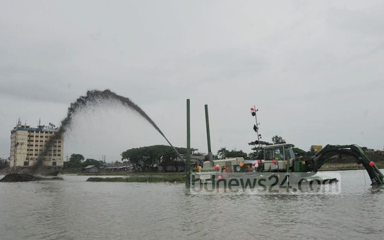 Dredgers at work in the Karnaphuli River to resolve waterlogging in Chittagong and tackle river pollution. Photo: suman babu/ bdnews24.com