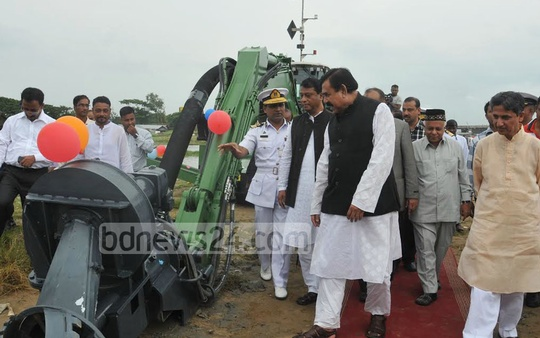 Shipping Minister Shajahan Khan inaugurates a dredging programme in the Karnaphuli River to resolve waterlogging in Chittagong and tackle river pollution. Photo: suman babu/ bdnews24.com