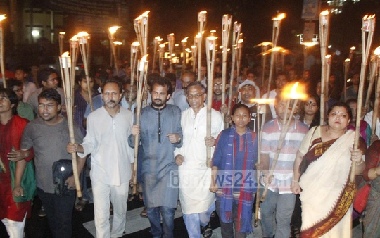 Ganajagaran Mancha takes out a torch rally at Shahbagh in Dhaka on Saturday. Photo: bdnews24.com