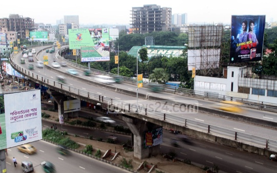 Dhaka's Mohakhali Flyover during Jamaat-e-Islami's countrywide shutdown called for the release of war criminal Delwar Hossain Sayedee on Sunday. Photo: asif mahmud ove/ bdnews24.com