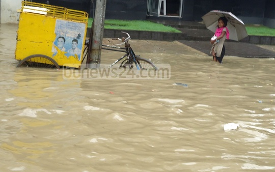High tide and incessant rain causing waterlogging of low-lying areas of Chittagong City such as Bahaddarhat on Sunday. Photo: suman babu/ bdnews24.com