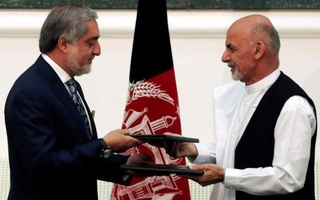Afghan rival presidential candidates Abdullah Abdullah (L) and Ashraf Ghani exchange signed agreements for the country's unity government in Kabul September 21, 2014. Credit: Reuters