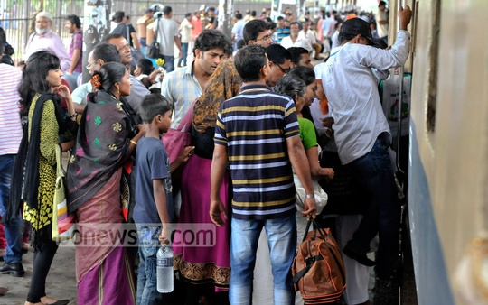 Passengers throng the Dhaka Airport Railway Station amid 20-party Alliance's nationwide general strike on Monday. Photo: bdnews24.com