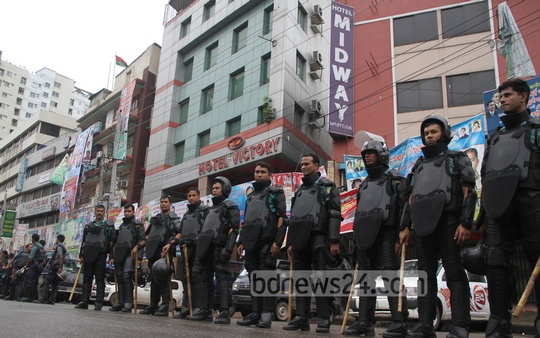 Police encircle BNP's Naya Paltan office, lifeless during Monday's strike. Photo: asif mahmud ove/ bdnews24.com