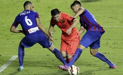 Barcelona's Lionel Messi (C) fights for the ball with Levante's Loukas Vyntra (L) and Tono Garcia during their Spanish first division football match at the Ciudad de Valencia stadium in Valencia, September 21, 2014. Reuters