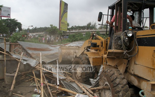 Railway authorities demolish illegal establishments along railway tracks at Dhaka's Kuril Bishwa Road on Tuesday. Photo: asif mahmud ove/ bdnews24.com