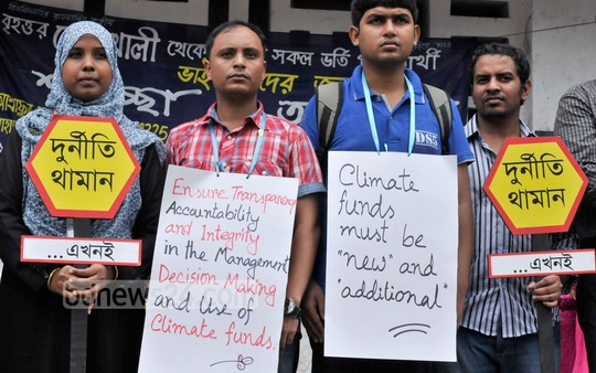Several organisations hold a protest at Dhaka University on Tuesday ahead of the UN climate summit. Photo: nayan kumar/ bdnews24.com