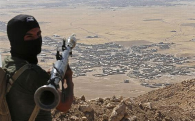 A Kurdish Peshmerga fighter holds a a rocket-propelled grenade launcher as he takes up position in an area overlooking Baretle village (background), which is controlled by the Islamic State, in Khazir, on the edge of Mosul September 8, 2014. in this file picture. Credit: Reuters