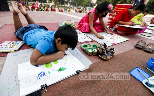 Children draw picture at Central Shaheed Minar on Monday at an art competition on the occasion of World Children's Day and Child Rights Week. Photo: asaduzzaman pramanik/ bdnews24.com