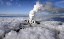Volcanic smoke rises from Mount Ontake, which straddles Nagano and Gifu prefectures, central Japan, September 27, 2014. REUTERS