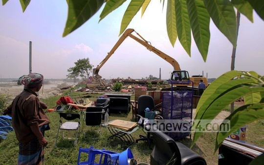 BIWTA tears down illegal structures by Amin Momin group on the banks of Turag River at Dhaka's Washpur on Wednesday. Photo: asaduzzaman pramanik/ bdnews24.com