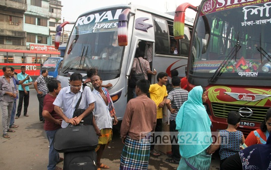 Homebound people throng Gabtoli bus terminal on Thursday. Photo: asif mahmud ove/ bdnews24.com