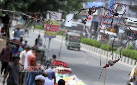 IIlegal electricity connections used by various roadside shops in Dhaka's Paltan area . Photo on Saturday. Photo: tanvir ahammed/ bdnews24.com
