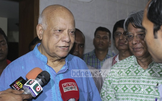 Finance Minister AMA Muhith at Salahuddin Ahmed's residence to pay last respects on Sunday . Photo: tanvir ahammed/ bdnews24.com