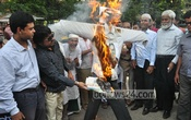 Agitators burn Law Minister Anisul Huq's effigy in front of the National Press Club on Tuesday protesting against his remarks in favour of Piash Karim. Photo: bdnews24.com