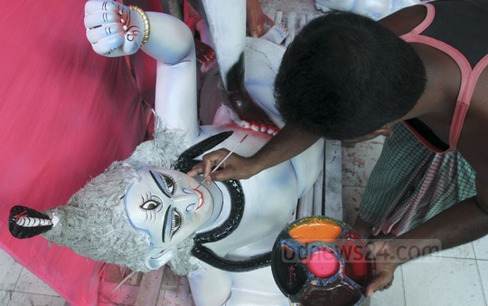 Artisans busy preparing idols of Hindu goddess Kali ahead of Kali Puja. The photo was taken from Dhaka's Ramna Kali Temple on Wednesday. Photo: tanvir ahammed/ bdnews24.com