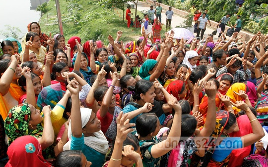 Hamim Sportswear Ltd workers agitate in front of the BGMEA office at Dhaka's Karwan Bazar on Thursday protesting against the closure of their factory. Photo: bdnews24.com