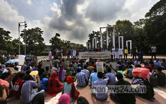A group of students seeking admission to Dhaka University protests against the recent decision to not allow second timers sit for the admission tests. Photo has been taken from Central Shaheed Minar on Saturday. Photo: nayan kumar/ bdnews24.com