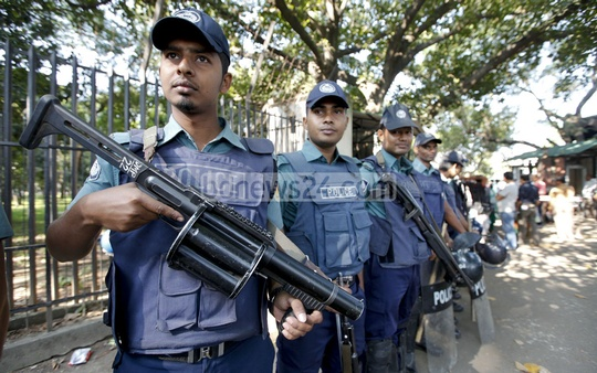 Security personnel guarding the entrance to the International Crimes Tribunal while the verdict against Jamaat-e-Islami chief Motiur Rahman Nizami was being read out on Wednesday. Photo: asaduzzaman pramanik/ bdnews24.com