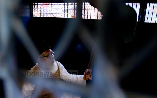 Jamaat-e-Islami chief Motiur Rahman Nizami is being taken to jail in a prison van after the International Crimes Tribunal-1 sentenced him to death for 1971 war crimes on Wednesday. Photo: tanvir ahammed/ bdnews24.com