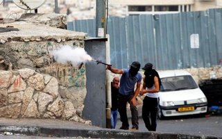 A Palestinian protester fires a homemade weapon towards Israeli security forces during clashes in east Jerusalem October 30, 2014. Reuters