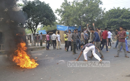 Shibir activists set fire to tyres to block road at Rajshahi city's Hadir Mor area on Thursday. Photo: Gulbar Ali Juwel/ bdnews24.com
