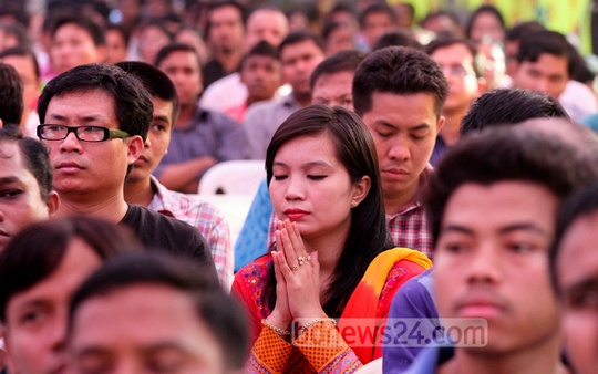Buddhist devotees pray at capital Dhaka's Merul Badda Vihara for 'Kathin Chibor Dan' festival on Friday. Photo: tanvir ahammed/ bdnews24.com