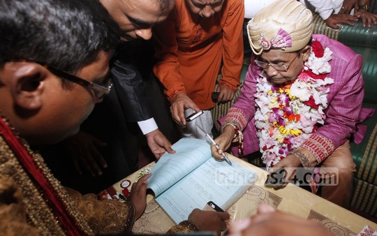 Railways Minister Mazibul Hoque completes the wedding formalities by signing the marriage registration form. Photo: asaduzzaman pramanik/ bdnews24.com