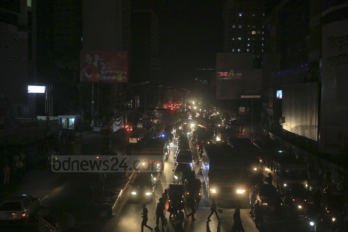 Street in Dhaka's Banglamotor lit only by the headlights of vehicles Saturday evening following a massive power outage that left much of Bangladesh in darkness. Photo: mustafiz mamun/ bdnews24.com
