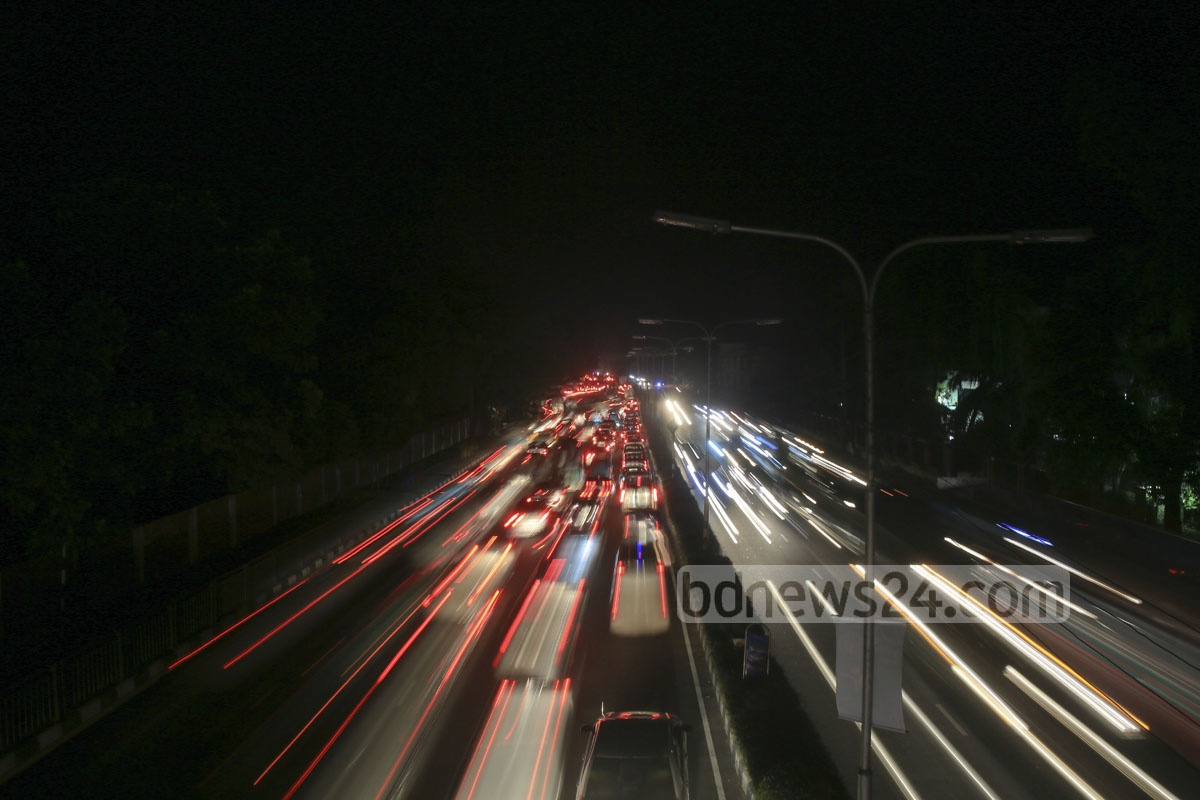 Dhaka's Airport Road lit only by the headlights of vehicles Saturday evening after a massive power outage hit Bangladesh since the morning. Photo: mustafiz mamun/ bdnews24.com