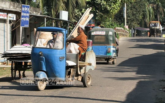 Two-stroke autorickshaws have been barred from plying in the capital Dhaka for quite some time now, but they are abundant on the outskirts of the city. Photo taken on Saturday from Atibazaar area in Keraniganj. Photo: asif mahmud ove/ bdnews24.com