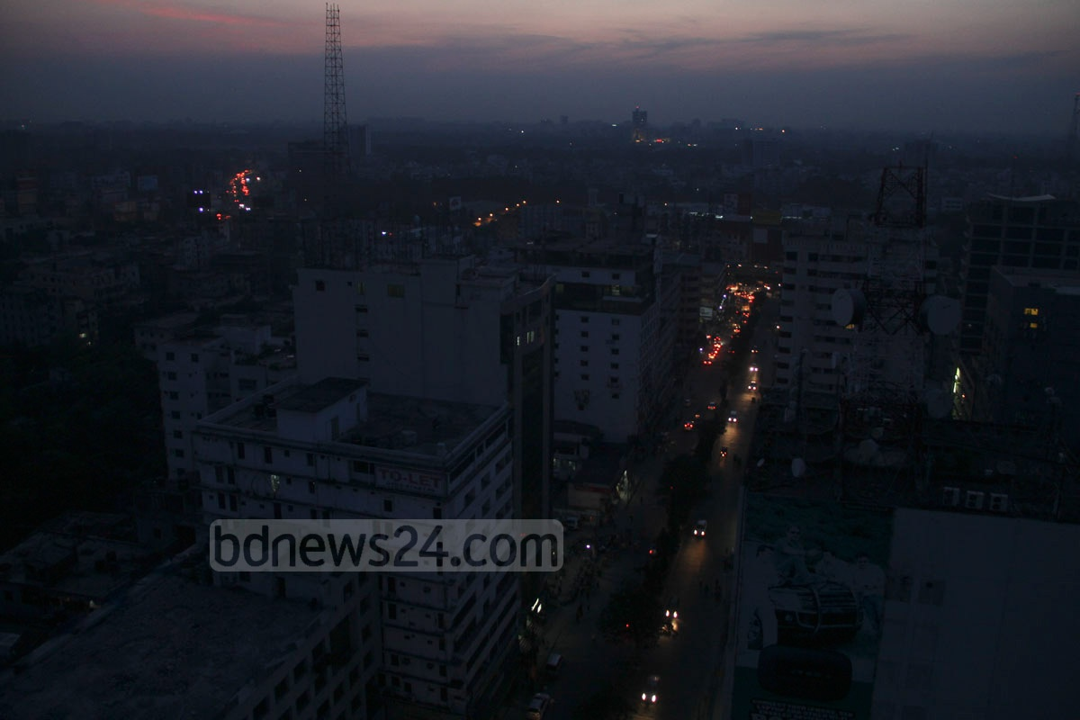 A rare view of capital Dhaka's streets plunge into darkness following a massive countrywide power cut on Saturday. Photo: asif mahmud ove/ bdnews24.com