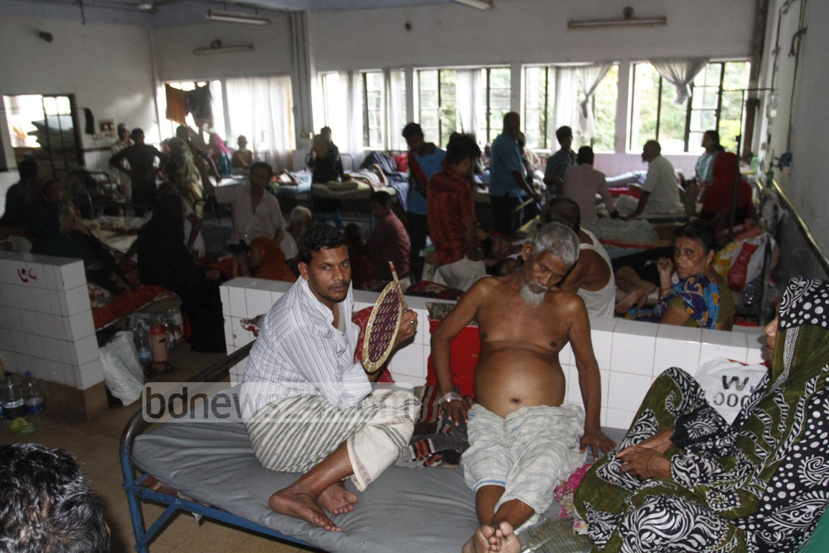 Patients at Chittagong Medical College and Hospital bear the brunt of a massive countrywide blackout on Saturday. Photo: suman babu/ bdnews24.com