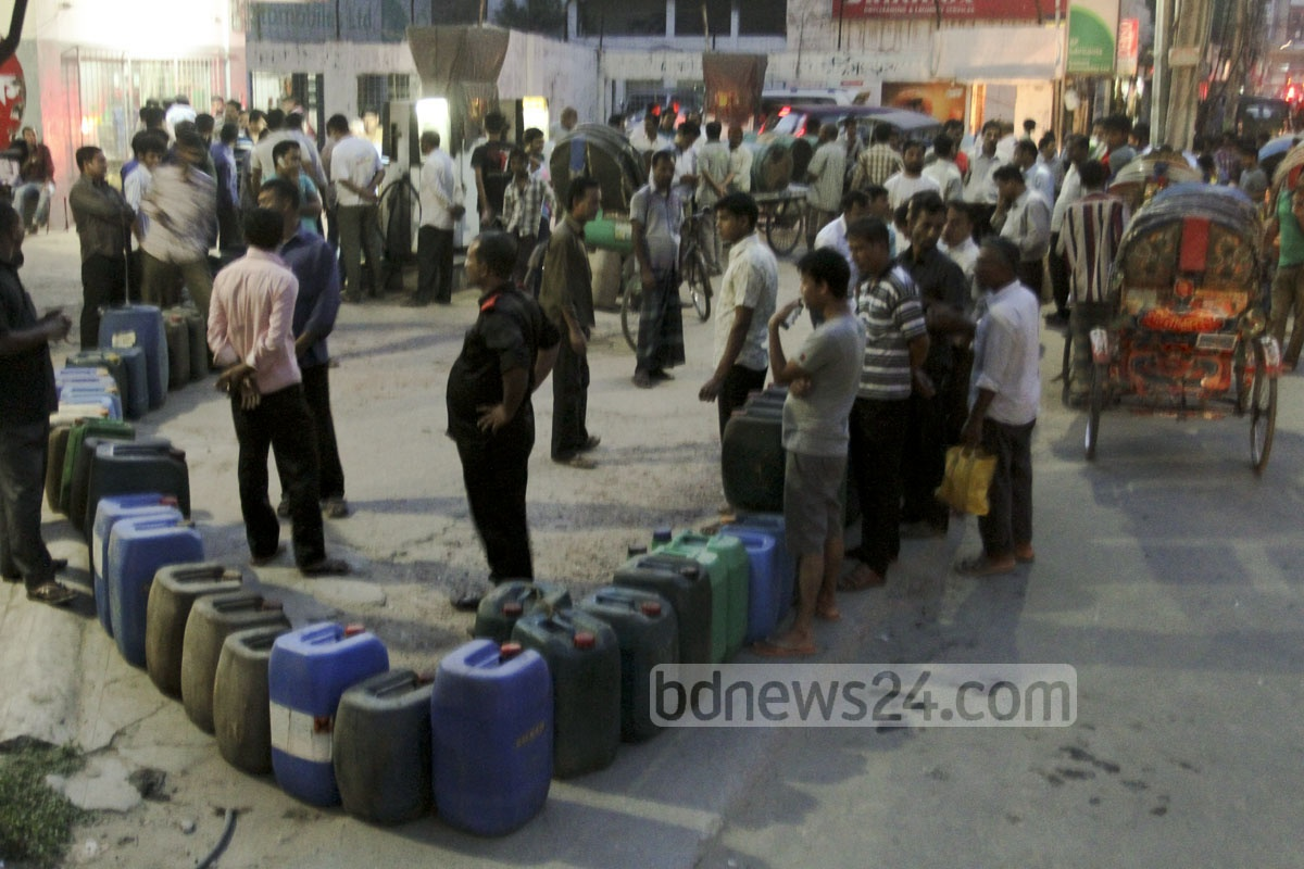 Long queues are seen in front of petrol stations in Dhaka as demand for fuel suddenly increases after a countrywide outage. Photo: tanvir ahammed/ bdnews24.com