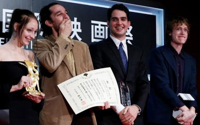 Director Josh Safdie (R) reacts next to his brother Benny Safdie as they receive the Tokyo Grand Prix for the film