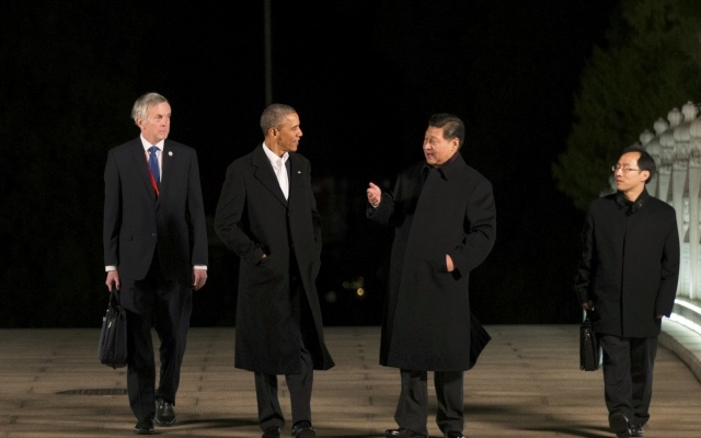 US President Barack Obama (centre, L) and Chinese President Xi Jinping (centre, R) walk together before dinner at Zhongnanhai, during the Asia Pacific Economic Cooperation (APEC) summit in Beijing November 11, 2014. REUTERS/