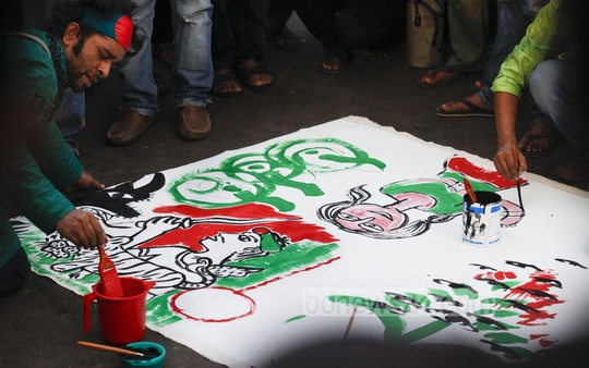 A drawing programme is in progress in front of National Museum on Friday to protest the 2012 Tazreen Fashions fire tragedy that killed over 100 readymade garment workers. Photo: asaduzzaman pramanik/ bdnews24.com