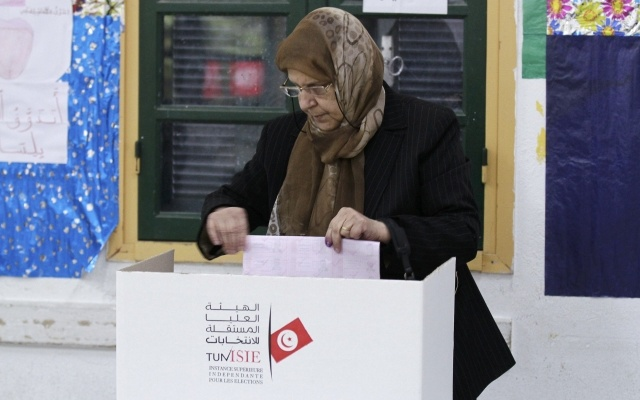 A woman casts her vote at a polling station during Tunisia's presidential election in Sousse November 23, 2014. REUTERS